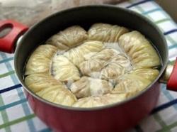 Уютное и очень домашнее блюдо: голубцы в томатно-сметанном соусе