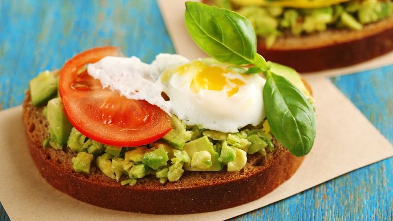 Тосты с авокадо: 10 лучших рецептов для завтрака