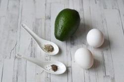 Необычный завтрак - яичница в авокадо: вкусно, быстро, полезно