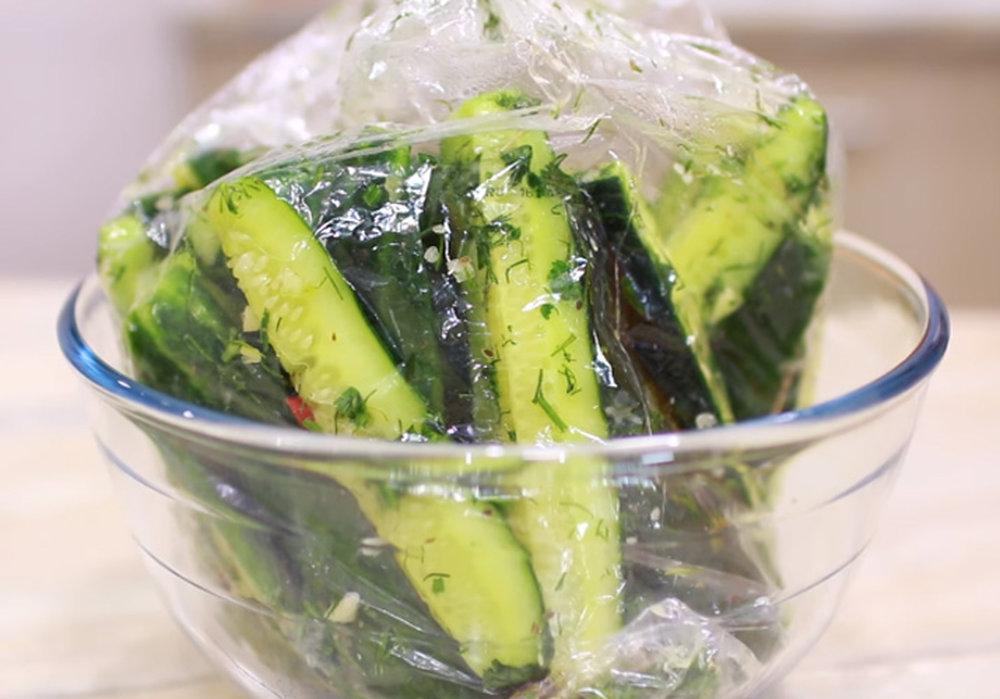 Как приготовить малосольные огурцы в пакете: быстрые рецепты за 5 минут
