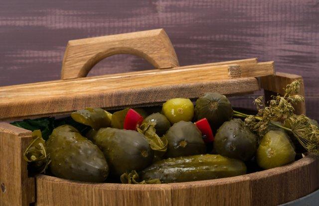 Как солить огурцы в бочке: 5 лучших рецептов, проверенных несколькими поколениями
