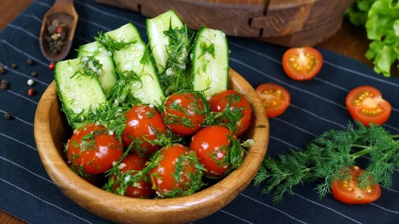 Узнайте, как засолить помидоры в пакете быстро и приготовьте вкусную закуску к ужину