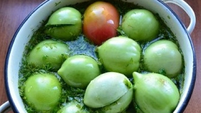 Узнайте, как приготовить соленые зеленые помидоры как бочковые в кастрюле и сделайте вкусную закуску на зиму