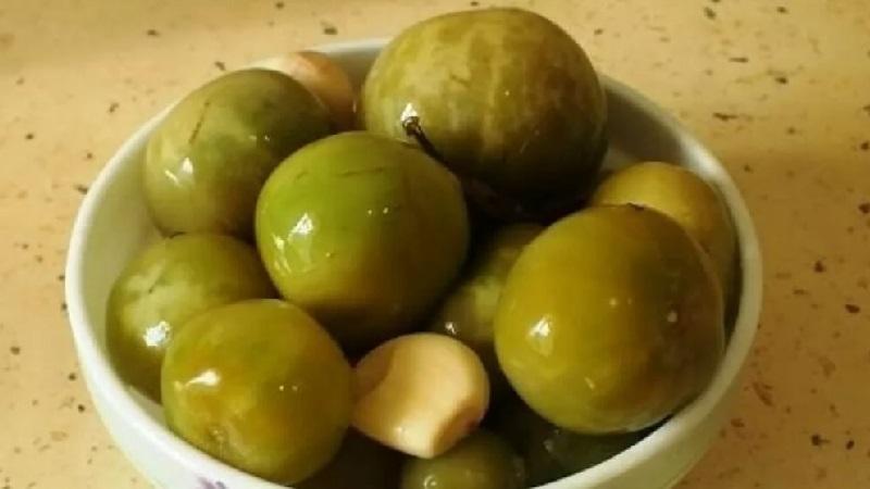 Попробуйте сделать соленые зеленые помидоры в ведре - ароматная закуска вам понравится!