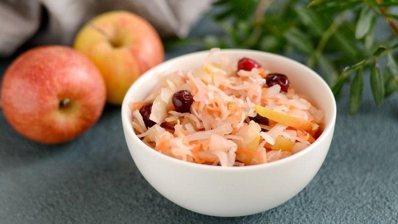 Как готовится капуста квашеная с клюквой по классическому рецепту и с добавлением яблок, меда, тмина и других ингредиентов
