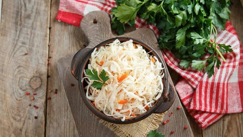 Полезная и вкусная квашеная капуста без соли и сахара: рецепт и полезные советы
