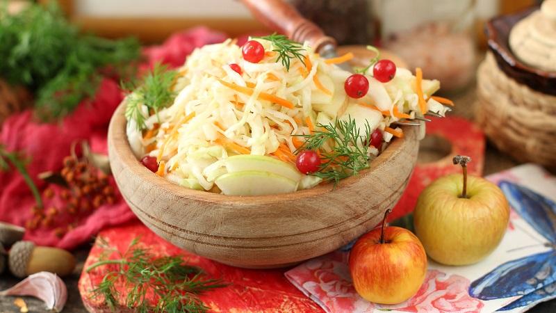 Лучшие рецепты в помощь хозяйкам: маринованная капуста с яблоками на зиму