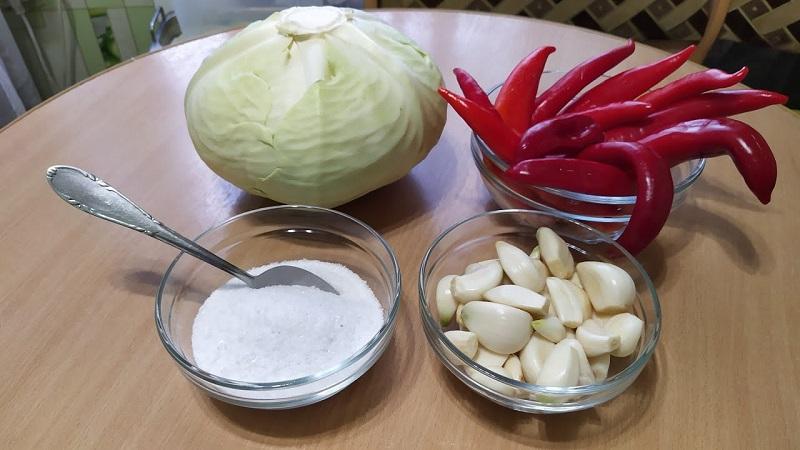 Делаем заготовки по лучшим рецептам: как засолить острую капусту