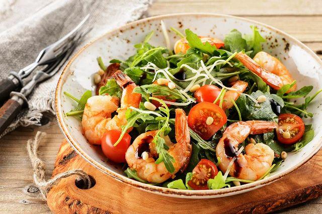 Как приготовить вкуснейшие салаты с креветками: рецепты на Новый год 2021