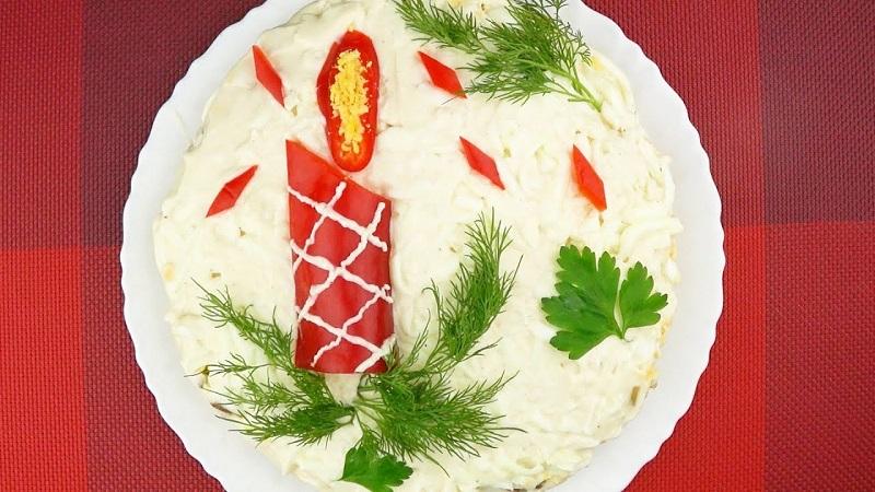 Расскажем, как украсить салаты на Новый год 2021 - выбирайте лучшие варианты и создавайте настоящие шедевры для вашего праздника