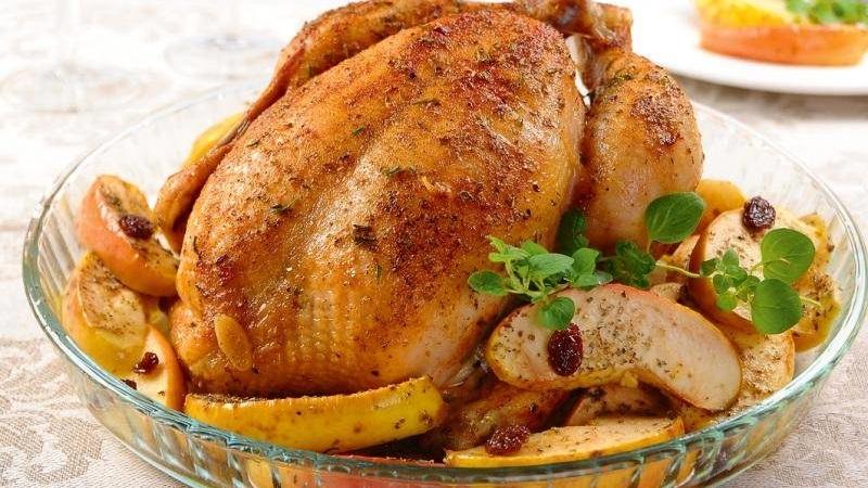 Как запечь курицу вкусно: рецепты приготовления целиком и кусочками на праздничный стол