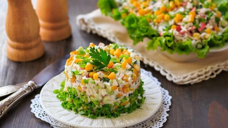 Простой и вкусный крабовый салат на новый год 2021: интересные рецепты и советы по приготовлению