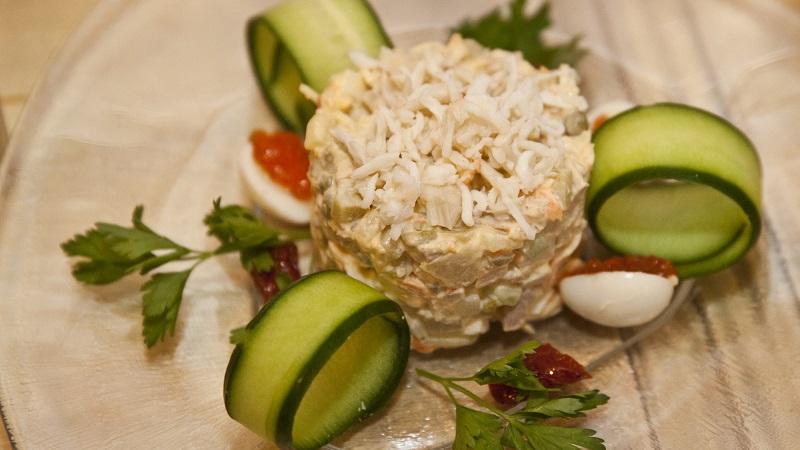 Любимые всеми салаты в необычном исполнении: Оливье с рыбой рецепт на Новый год 2021 и другие вариации блюда