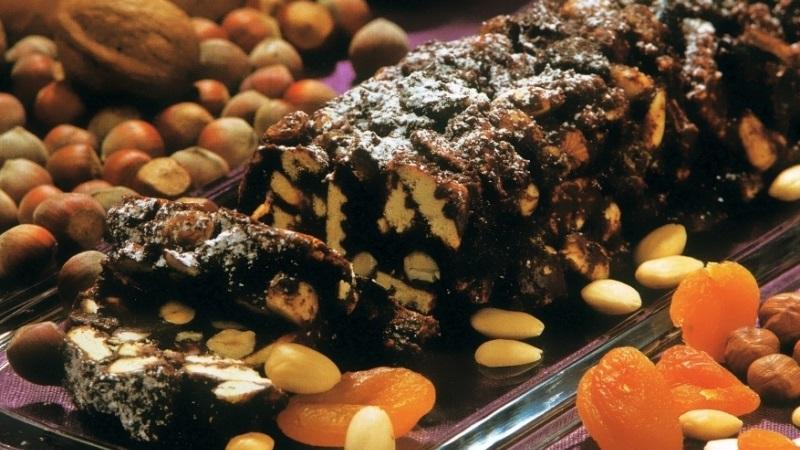 Любимая всеми с детства шоколадная колбаса: рецепт и советы по приготовлению лакомства
