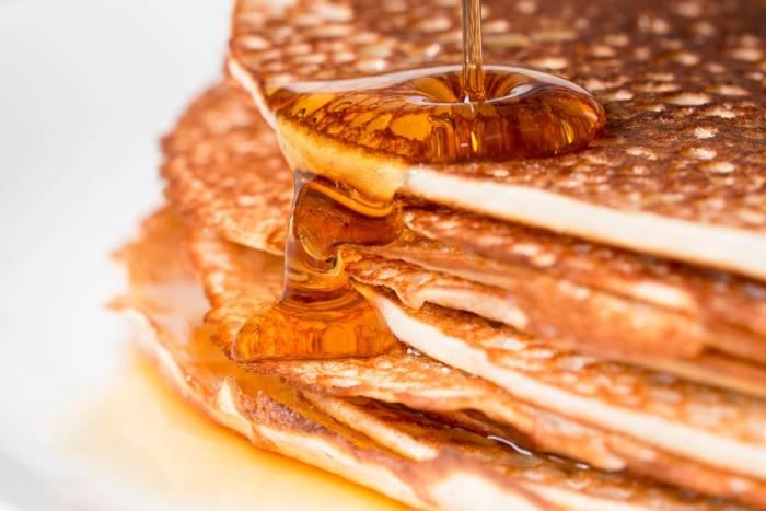 Лучшие рецепты блинов на кислом молоке: секреты пышных вкусностей